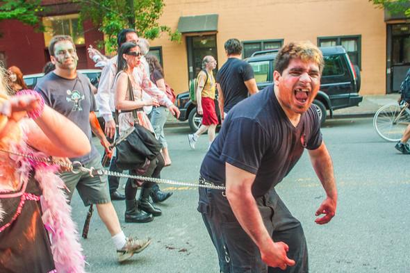 Зомби парад в Нью Йорке. NYC Zombie Crawl.. Изображение № 28.