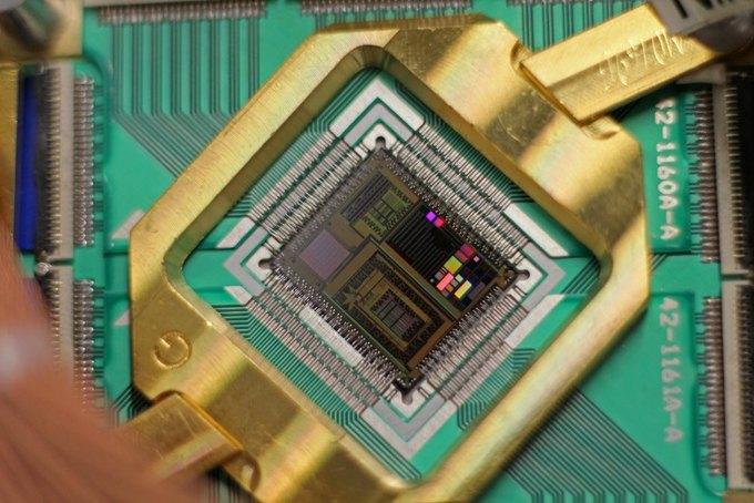 На обложку нового номера Time поместили квантовый компьютер. Изображение № 4.