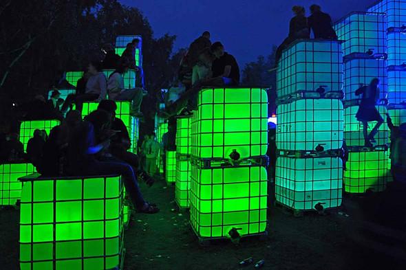 Танцпол Tanzwiese, на котором можно пить воду прямо из светящихся кубов. Изображение № 29.