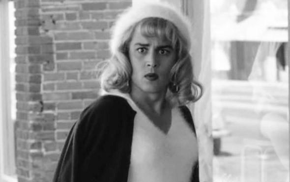 Джонни Депп в образе эксцентричного режиссера, любившего нарядиться в ангоровый свитерок. «Эд Вуд» 1994. Изображение № 9.