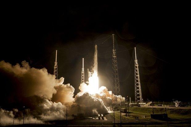 Вывод космического грузовика Dragon к МКС на ракете Falcon 9 в сентябре 2014 года. Изображение № 1.