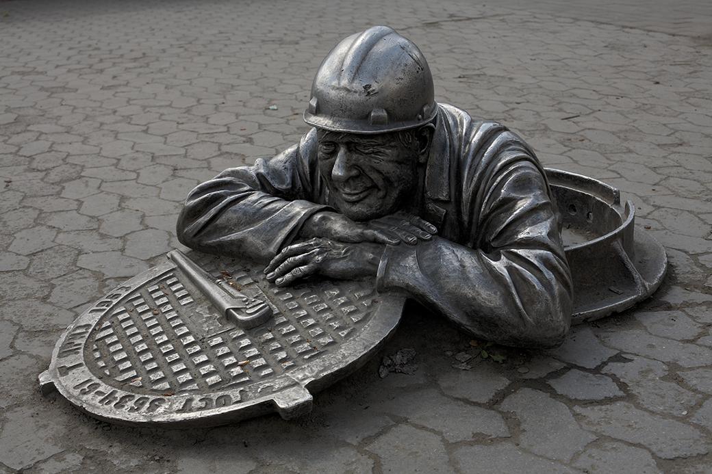 Памятник сантехнику в центре Омска. Изображение №5.