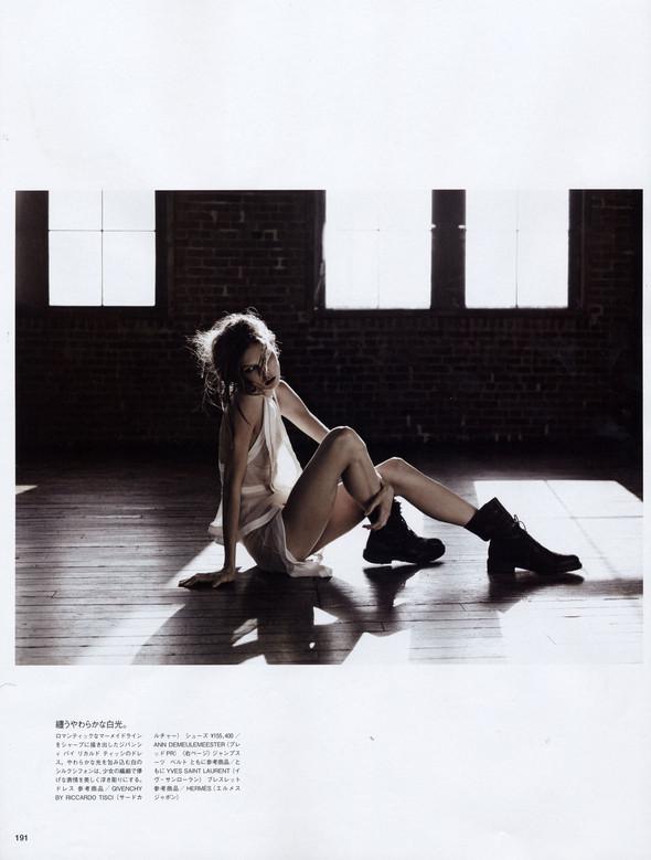 Съёмка: Карли Клосс в объективе Эди Слимана для Vogue. Изображение № 6.