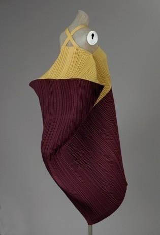 Платье из плиссированного хлопка, Issey Miyake, 1990, The Metropolitan Museum of Art. Изображение № 8.