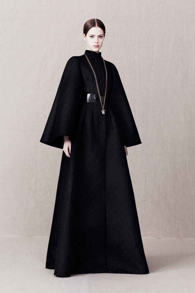 Вышли предосенние коллекции Alexander McQueen, Moschino и Valentino. Изображение № 9.