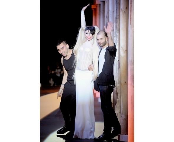 Изображение 3. Леди Гага на показе Mugler.. Изображение № 2.