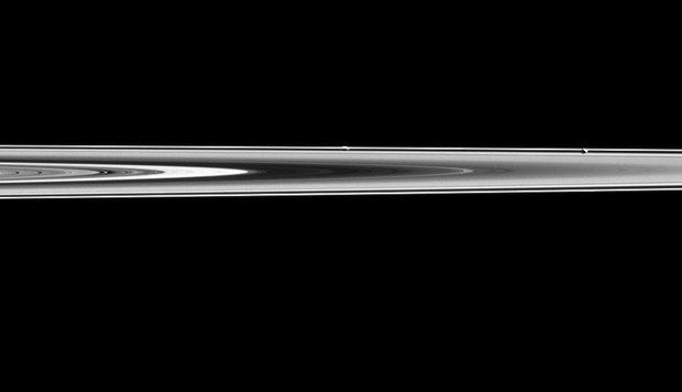 Cassini снял два спутника Сатурна на фоне колец. Изображение № 1.