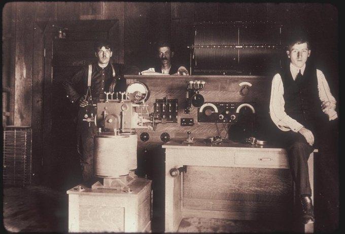 Кирилл Юэлл (Cyril Ewell) и его команда, которая разработала первый американский дуговой передатчик. Изображение № 8.
