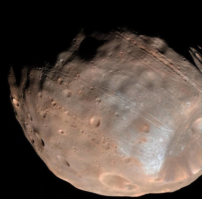 NASA объяснили борозды наповерхности Фобоса . Изображение № 1.