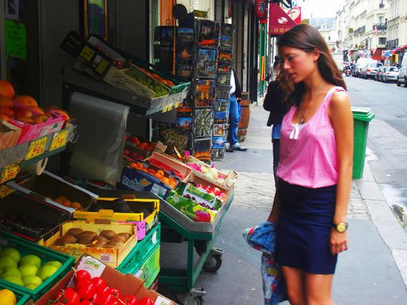 В центре Парижа полно фруктовых минимаркетов. Изображение № 24.