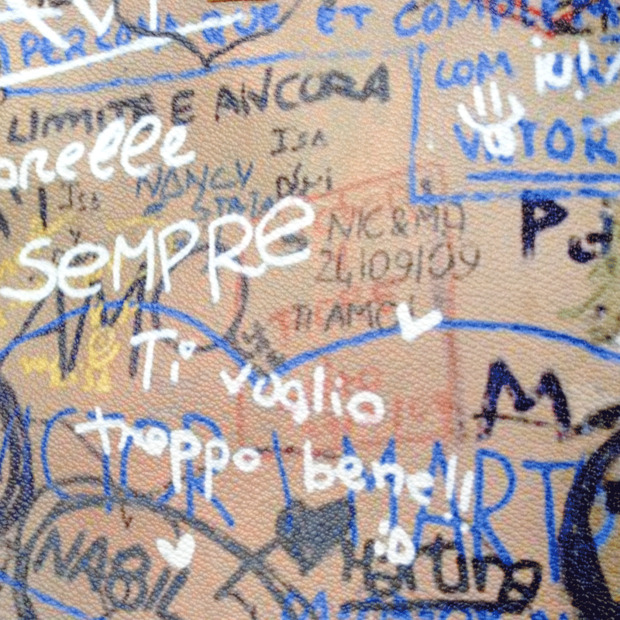 граффити на достопримечательностях как принты для аксессуаров. Изображение № 3.