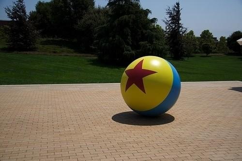 Или мячик Luxo, который перекочевал из первой короткометражки студии во все остальные мультфильмы.. Изображение № 2.