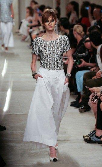 Chanel показали круизную коллекцию в Сингапуре. Изображение № 6.