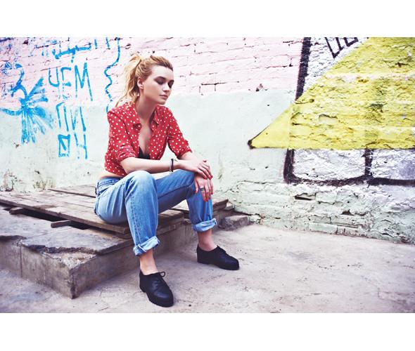 Блуза 6PENCE, 4 400 р., джинсы Beyond Retro, 2 220 р., ботинки Black Madonna, 3 600 р.. Изображение №8.
