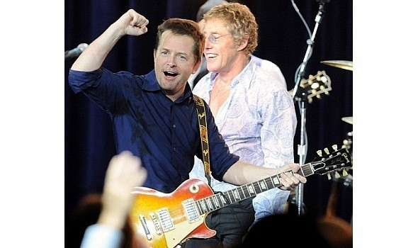 При этом Фокс еще находит силы и свободное время поиграть на гитаре. Изображение № 7.
