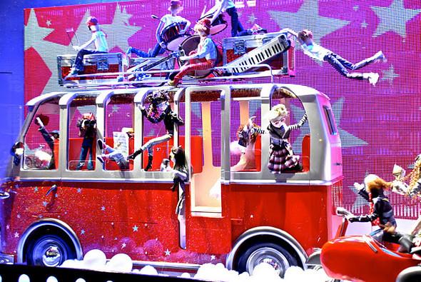 10 праздничных витрин: Робот в Agent Provocateur, цирк в Louis Vuitton и другие. Изображение № 41.