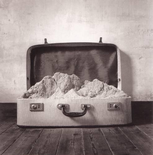 Черно-белые сюрреалистические фотографии Chema Madoz. Изображение № 40.