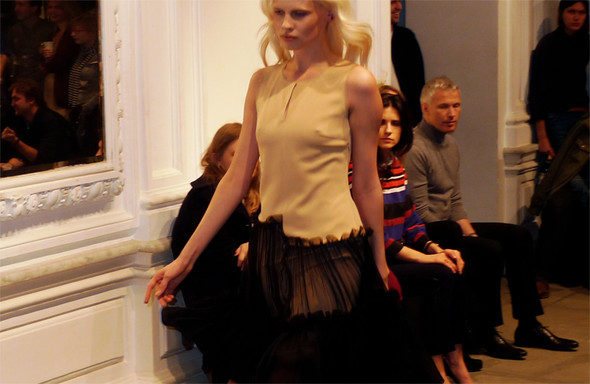 Дизайнер Андрей Артемов: «Она идет от своего парня в мужском пиджаке поверх коктейльного платья». Изображение № 4.
