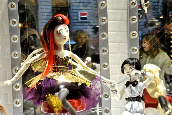 10 праздничных витрин: Робот в Agent Provocateur, цирк в Louis Vuitton и другие. Изображение № 39.