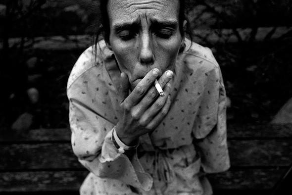 Джули, беременная шестым ребенком, тайком курит в больнице в Анкоридже, Аляска, в 2008 году. . Изображение № 9.