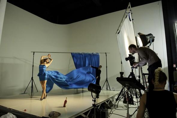 Мила Йовович в календаре Campari 2012. Изображение № 35.