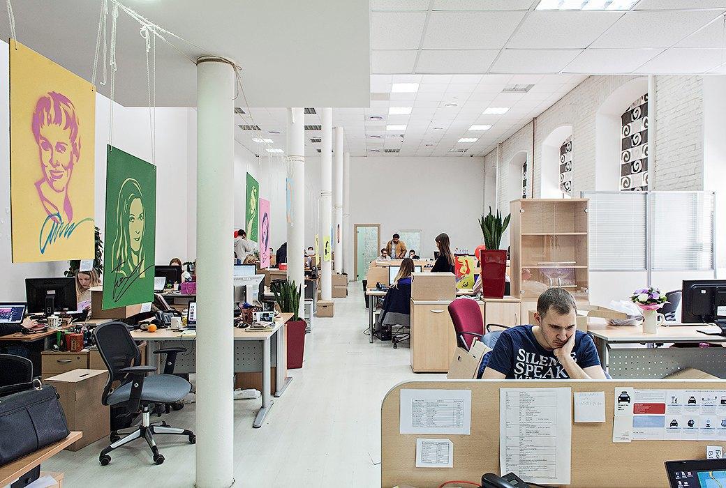Лестница в никуда и хаски в московском офисе BBDO. Изображение № 29.