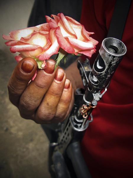 Nails and Thorns.  Женственность в соцветии мака и накрашенных хной ногтями создает ирреальный контраст с металлическим корпусом АК-47.. Изображение № 17.
