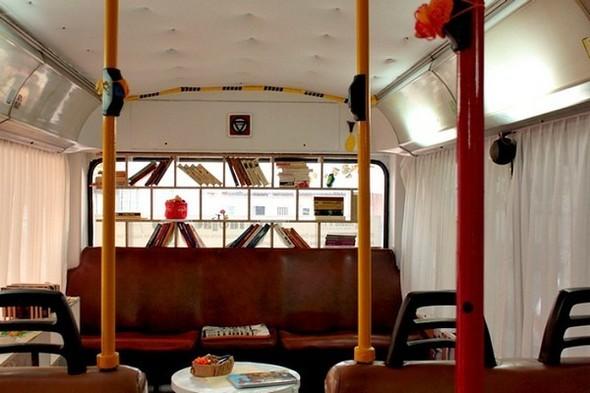 Старый троллейбус превратили в библиотеку. Изображение № 3.