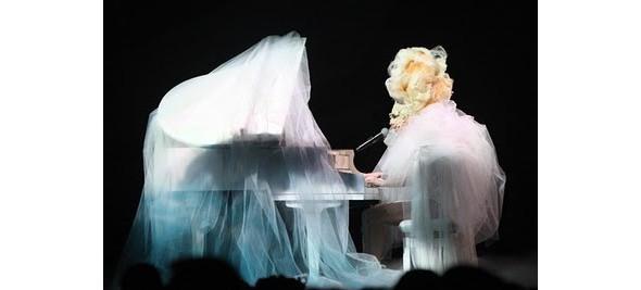 Выступление Леди Гаги на Brit Awards. Изображение № 4.