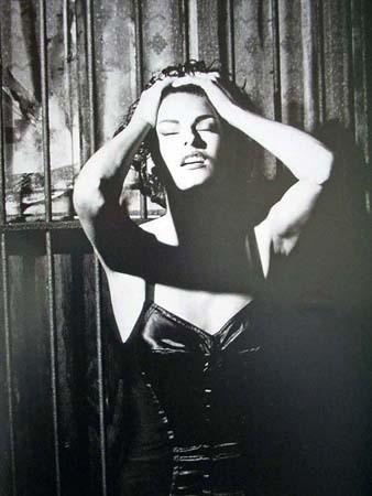 Архивная съёмка: Линда Евангелиста и Тони Уорд для Dolce & Gabbana FW 1990. Изображение № 8.