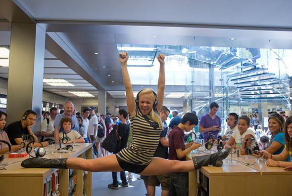 «В магазине «Apple Store» у нас было 30 секунд, прежде чем охрана вежливо попросила нас покинуть помещение». На фото: Тенеалле Фаррагер в магазине «Apple Store». (JORDAN MATTER PHOTOGRAPHY / BARCROFT USA). Изображение № 6.