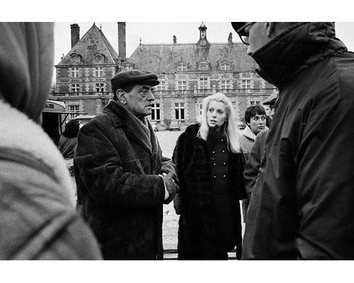 Катрин Денев с режиссёром Луисом Бунюэлем на съёмках «Дневной красавицы». Изображение № 45.
