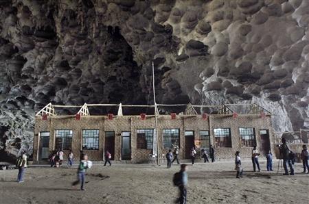 Школа впещере, вграфстве Ziyun. Китай. Изображение № 4.