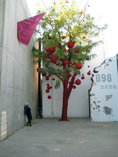 Бомбардировщики пряжей одевают улицы ввязаное граффити. Изображение № 16.