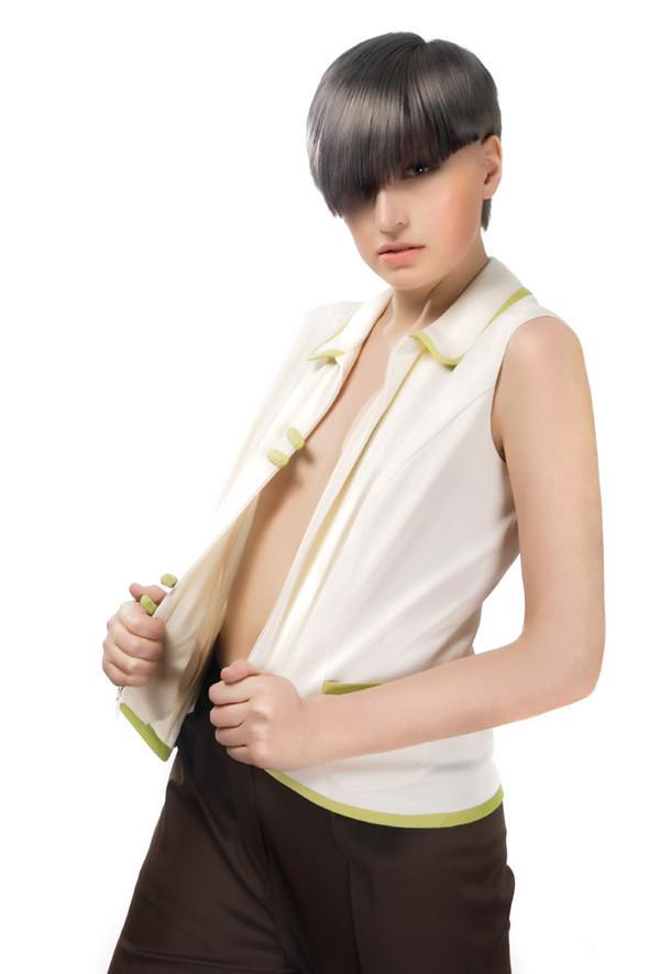 Женские брюки, зауженные книзу, станут прекрасным дополнением, как к жилету, так и к блузе. Жилетка может сочетаться как с брюками, так и с юбкой-карандащ.  Состав материалов:  шерсть 90%, эластан 10%. Страна изготовления: Италия . Изображение № 18.