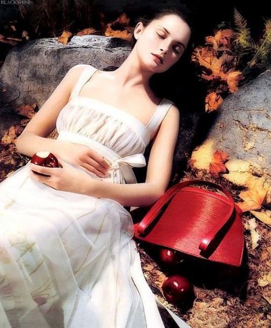 Архивная съёмка: Кейт Мосс, Наталья Водянова и другие для Louis Vuitton SS 2002. Изображение № 1.