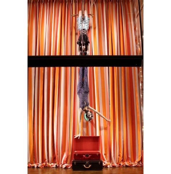 10 праздничных витрин: Робот в Agent Provocateur, цирк в Louis Vuitton и другие. Изображение № 64.
