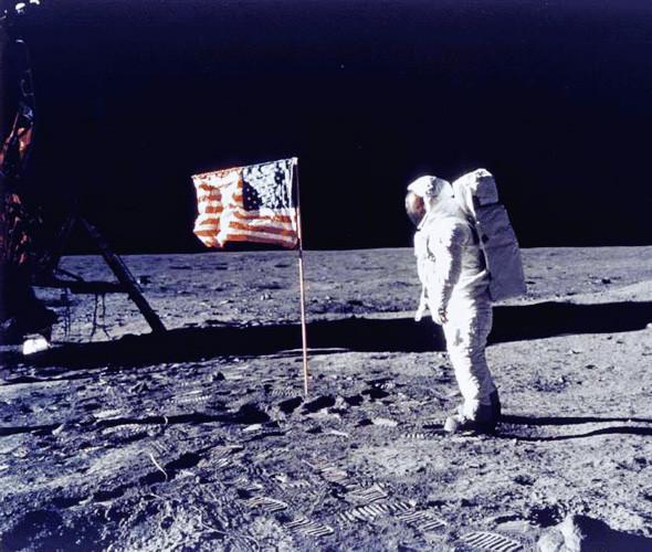 Американский флаг на Луне —отметка для строительства колонни строгого режима для инопланетных преступников. Изображение № 12.