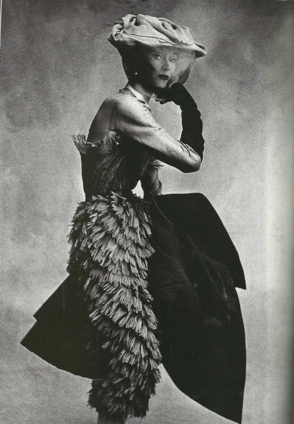 Архивная съёмка: Модели и дизайнеры в объективе Ирвинга Пенна для Vogue, 1995. Изображение № 12.