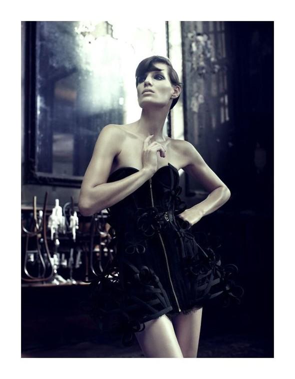 Съемка: Айрис Штрубеггер для немецкого Vogue. Изображение № 5.
