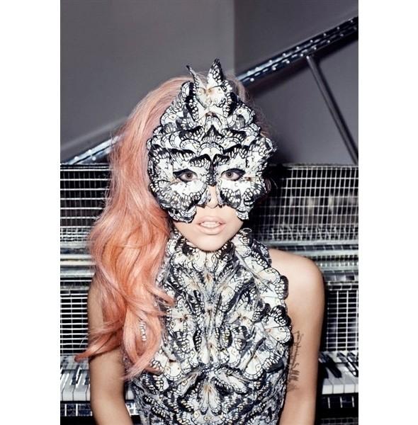 Леди Гага в платье Alexander McQueen. Изображение № 2.