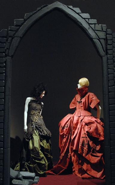 Выставка Gothic: Dark Glamour, которую курировала Валери Стил. Изображение № 6.