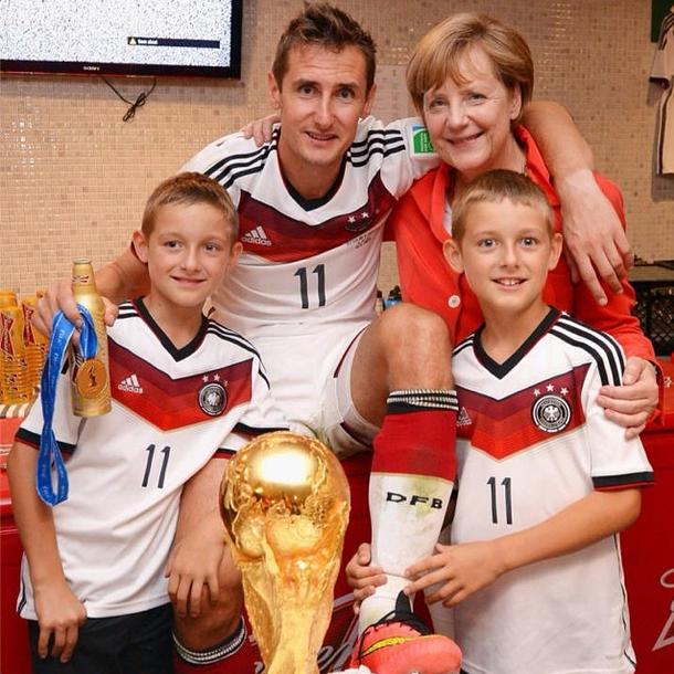 Мирослав Клозе и канцлер Германии Ангела Меркель. Изображение № 15.