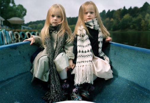 """""""Илона и Эля в лодке"""", Москва 2009.  Когда мы отплыли от берега в маленькой лодке, близнецы очень разнервничались. Мама кричала им с причала: """"Будьте смелее и позируйте"""". В какой-то момент девочки осознали, что поддержки ждать неоткуда, так что они взялись за руки и буквально приклеились друг к дружке вплоть до окончания фотосессии.. Изображение № 7."""