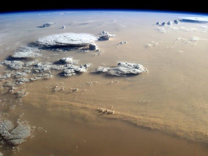 Песчаная буря над пустыней Сахара. Фото астронавтов МКС. Изображение № 11.