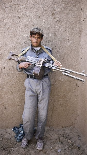 Изображение 13. Брэн Симондсон (Bran Symondson): AK-47, опиум и полиция с подведенными глазами.. Изображение № 13.