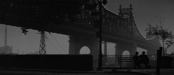 2. Quensboro Bridge Мост Куинсборо (он же Мост 59-й улицы), которому недавно исполнилось сто лет, ведет от Манхэттена к Куинсу. Панорама моста, которой любовались в «Манхэттене» герои Вуди Аллена и Дайан Китон, увековечена не только в фильме, но и на его постере. Правда скамейки, на которой сидели герои, уже нет — но вид по-прежнему на месте.. Изображение №4.
