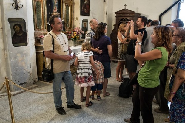 Туристы фотографируются на фоне работы Хименес. Изображение № 3.