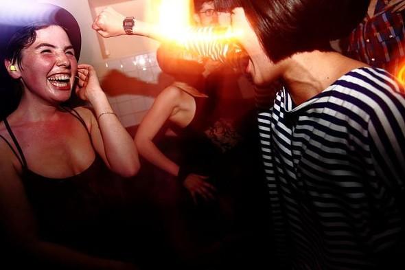 Baile funk - развязный и злой фанк, под который трясут попами в бедных бразильских фавелах. Изображение № 10.