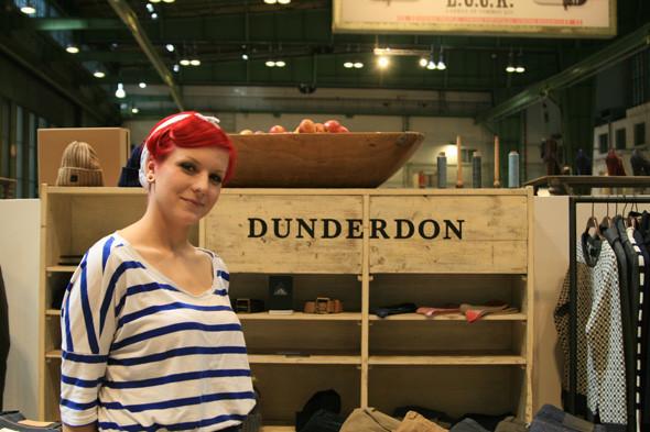 А эта очаровательная девушка из Dunderdon пыталась накормить нас печеньем. Изображение №29.